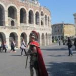 Römer vor der Arena